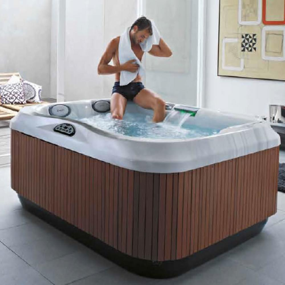 J-315 Jacuzzi Hot Tub. 2-3 person. Lounge.