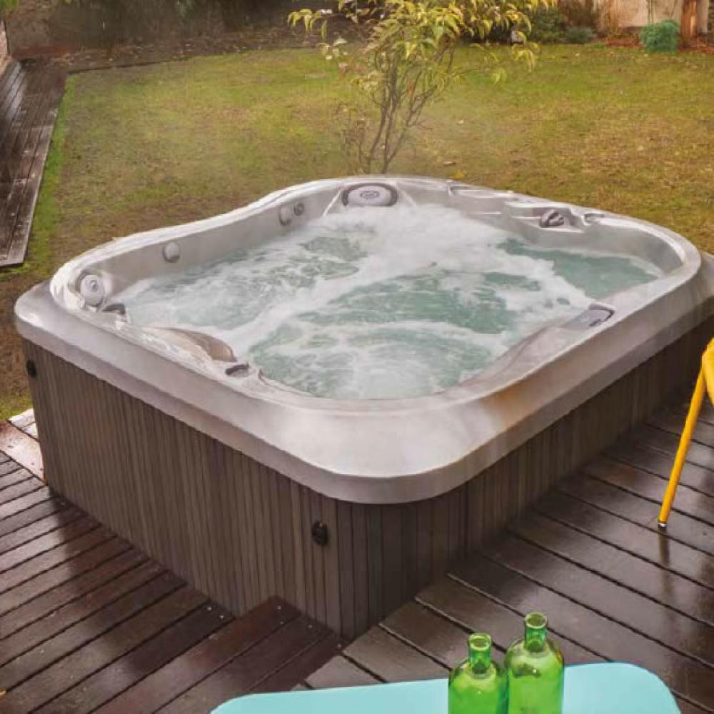 J-335 Jacuzzi Hot Tub. 4-5 people. Lounge. Including child seat.